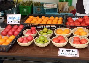 青空市では季節の野菜を販売